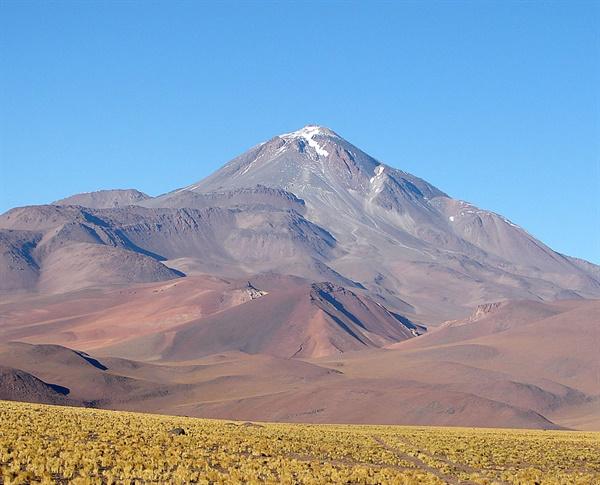 남미 유야이야코 산. 칠레와 아르헨티나의 경계를 이루며 정상 해발고도는 6739m이다. 활화산으로는 세계에서 2번째로 높다.