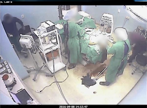 고 권대희 성형수술을 촬영한 CCTV. 바닥까지 흘러 내린 피를 간호조무사가 걸레로 닦고 있다