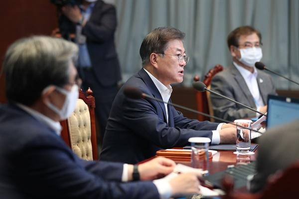 문재인 대통령이 20일 오후 청와대에서 수석·보좌관 회의를 주재하고 있다.