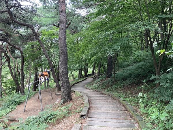 경주 충효동 소재 흥무공원에서 혼자 평행봉을 하고 있는 시민 모습