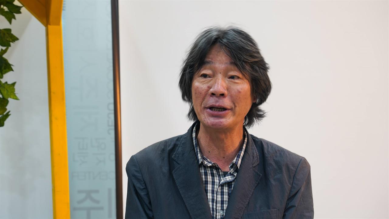 이번 북토크 공동 주최 단체인 제주평화인권센터 홍기룡 소장님이 축사를 하고 있습니다.
