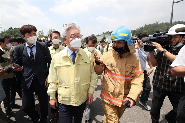 이재명 경기도지사가 21일 발생한 용인 물류센터 화재 현장을 방문, 신속한 원인파악과 철저한 책임규명에 나서겠다는 뜻을 밝혔다.