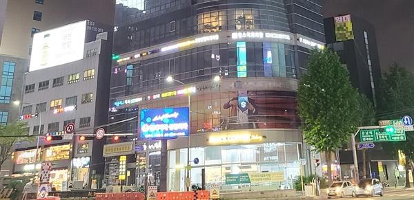 서울 시내 한 건물 모습. 불이 꺼진 수많은 성형외과 간판들이 보인다.