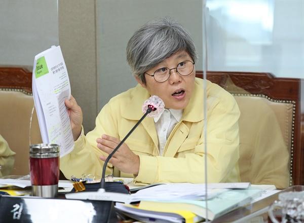 충남도의회 김명숙 의원이  2020년 상반기 주요업무 추진 상황과 하반기 업무계획 보고에서 심도 있는 질문과 대안제시로 주목을 받고 있다.