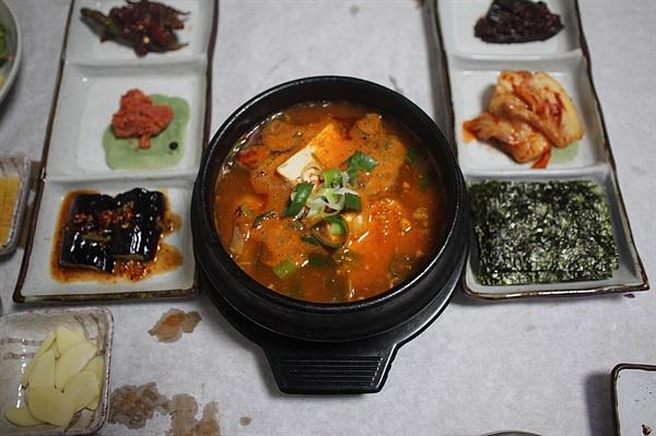 얼큰하고 칼칼한 국물 맛이 일품인 참가자미 매운탕