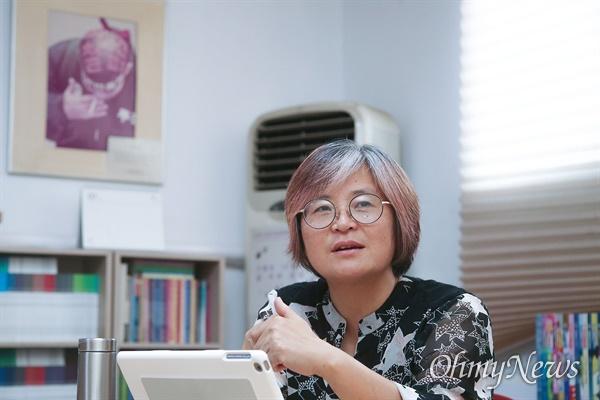 """김혜진 생명안전시민넷 공동대표는 """"2000년 어떤 일을 했느냐""""는 기자의 질문에 KBS에서 파견직으로 일하다 해고된 주봉희 위원장 사진을 소개하며 """"그들과 비정규직 철폐를 위해 함께 했다""""고 말했다."""