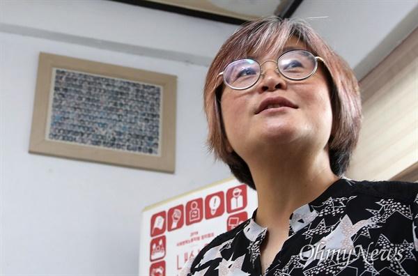 지난 2000년 한국통신 계약직 노동자 투쟁 때 마지막까지 함께 싸웠던 노동자들의 얼굴 사진 속에 김혜진 공동대표도 함께 하고 있다.