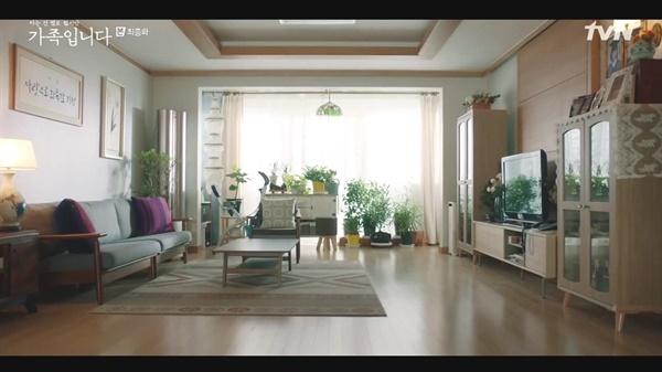tvN <(아는 것은 없지만) 가족입니다>의 마지막 장면. 거실을 전체를 감싼 햇살처럼 따스하게 마무리 됐다.