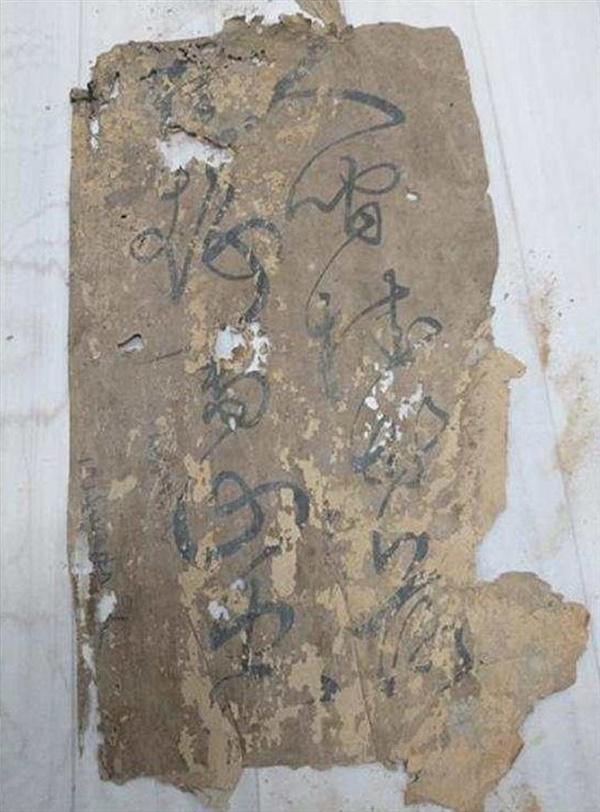 신진도 고가 벽지에서 추가 발견된 한시 태안 신진도 고가(古家)에서 조선 수군(水軍)의 명단이 적힌 수군 군적부(軍籍簿)와 한시(漢詩)가 발견된 이후, 수거된 벽지를 해체하는 과정에서 수군진촌(水軍鎭村)의 역사와 서정을 느낄 수 있는 다수의 한시 등이 추가로 발견됐다. 사진은 추가로 발견된 한시.