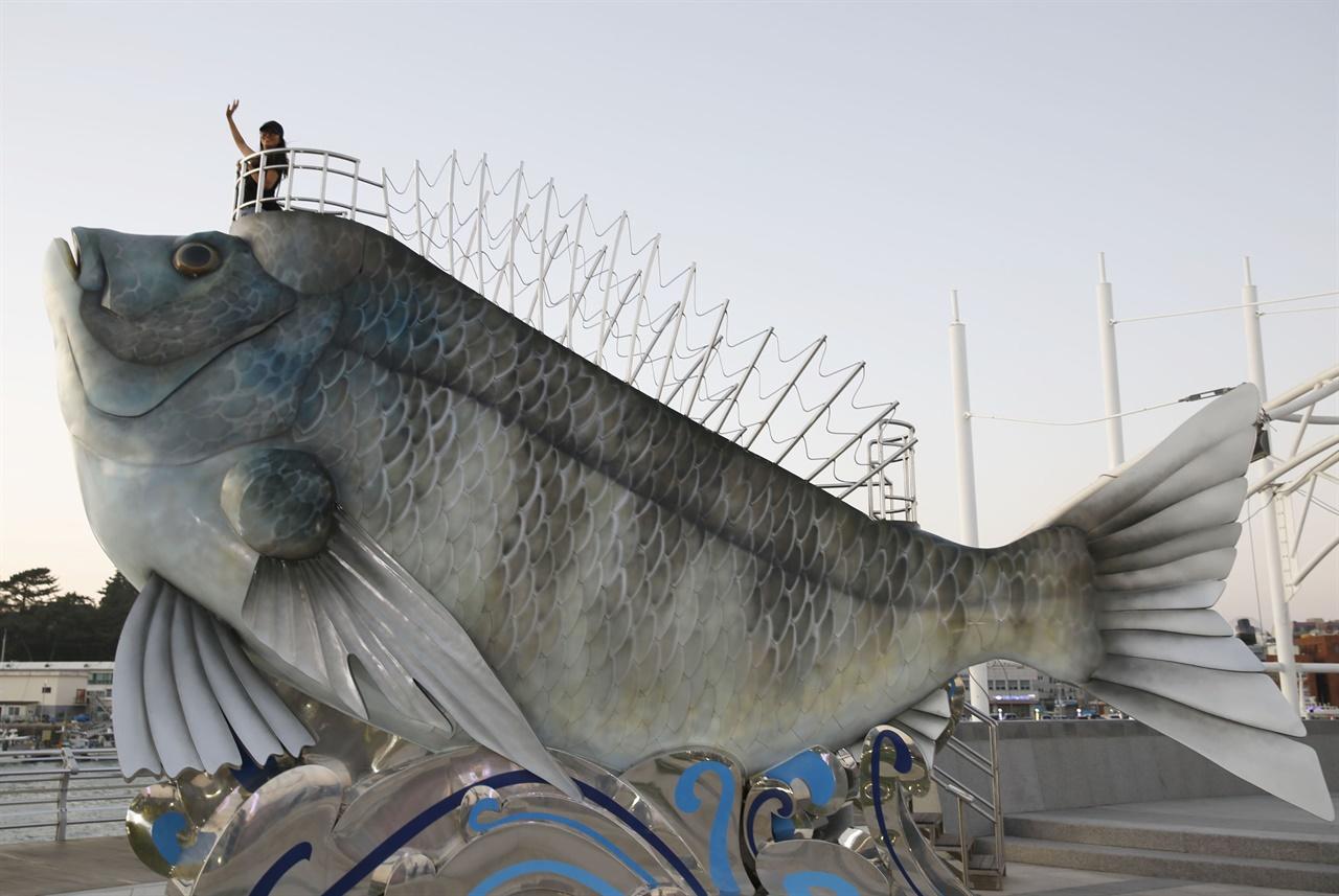 녹동항 바다정원의 물고기 조형물. 고흥 녹동항은 남도의 낭만을 즐길 수 있는 포구다.