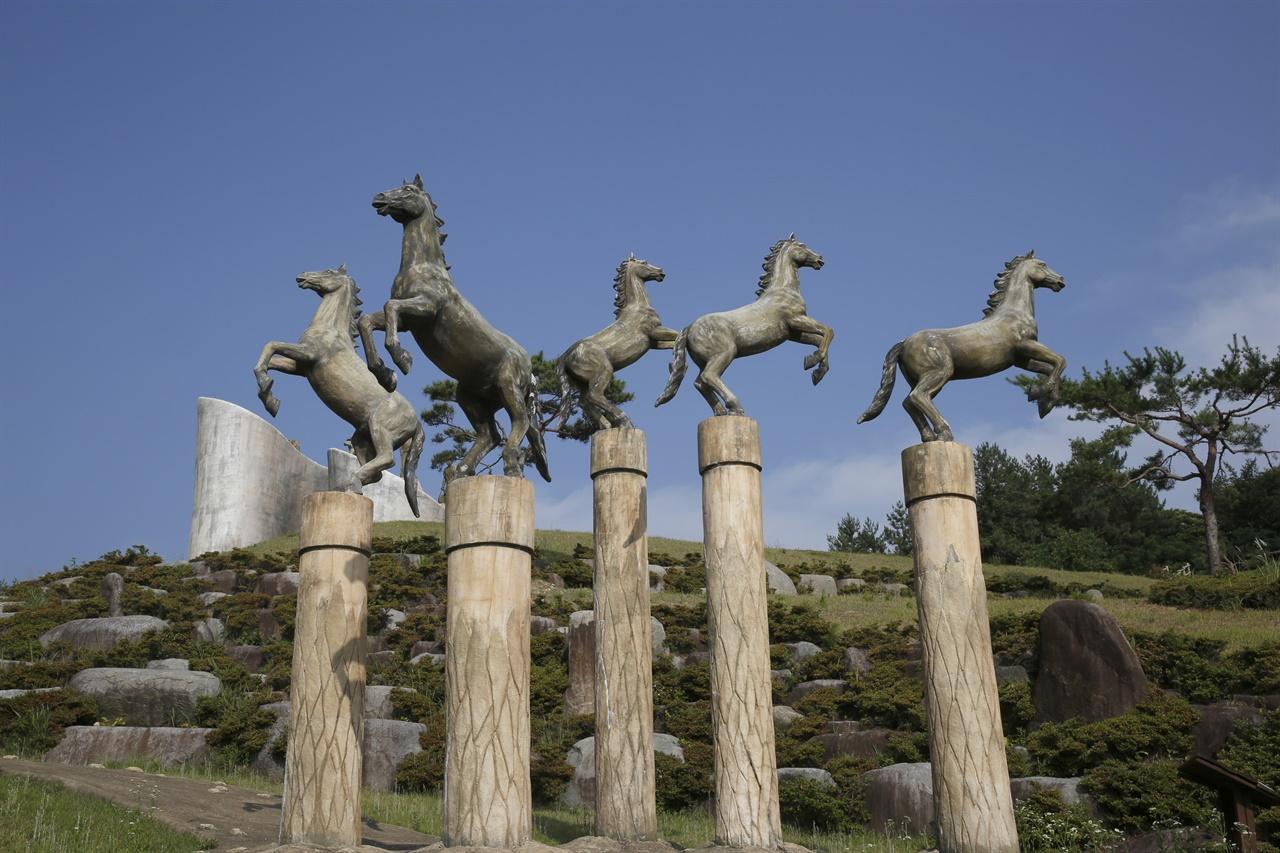오마간척 한센인 추모공원에 있는 다섯 마리의 말 조형물. 지금은 간척으로 뭍이 된 다섯 개의 섬을 상징하고 있다.