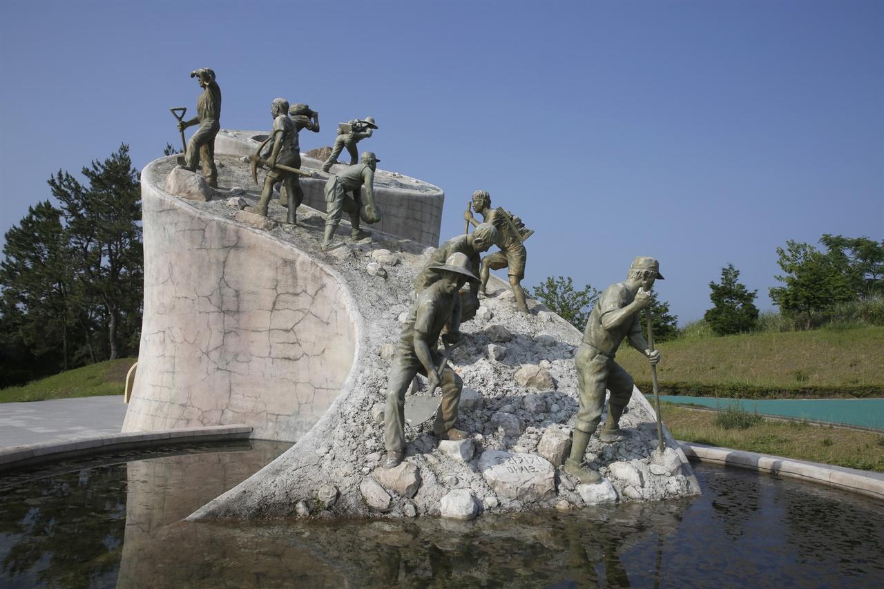 오마간척 한센인 추모공원의 상징 조각상. 당시 한센인들의 고된 노동을 표현하고 있다.