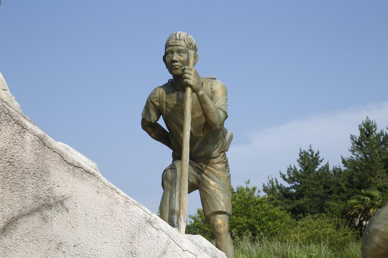 당시 한센인들의 고된 노동을 표현하고 있는 조각상. 오마간척 한센인 추모공원은 오마도 간척사업에 투입된 한센인들을 추모하는 공간이다.