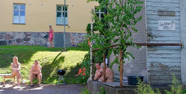 정신병원 건물 옆에 있는 사우나로 핀란드에서 운영중인 가장 오래된 공공 사우나이다.