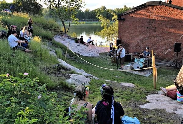 라삔라흐띠 공원을 찾은 시민들이 음악 연주를 들으며 한가로운 주말 오후 시간을 보내고 있다.