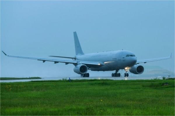 공군 KC-330 공중급유기가 23일 오전 이라크 내 건설노동자 등 우리 국민들의 귀국을 돕기 위해 김해국제공항에서 이륙하고 있다.