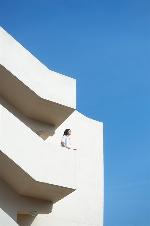 그 너머에, 박이현 벽이 아무리 높아 보일지라도, 넘을 수 없을 것 같아 보여도, 그 너머엔 푸른 하늘이 있어. 우리 그 아래에서 다시 만나자. 그렇게 하자.