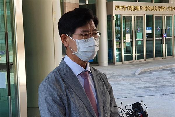 지난 17일 1심 재판에서 벌금500만 원을 선고받은 김한근 강릉시장이 기자들에게 심경을 밝히고 있다.