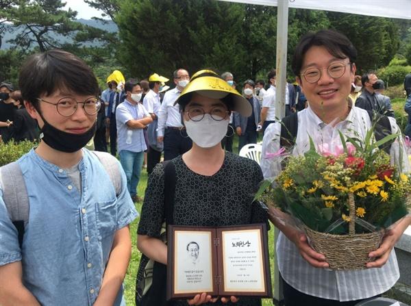 지난 18일 경기 남양주에 있는 마석 모란공원묘지에서 열린 2주기 추모제에서 '전쟁없는세상'이 제2회 노회찬상을 수상했다. 최정민 활동가가 상을 들고 있다.