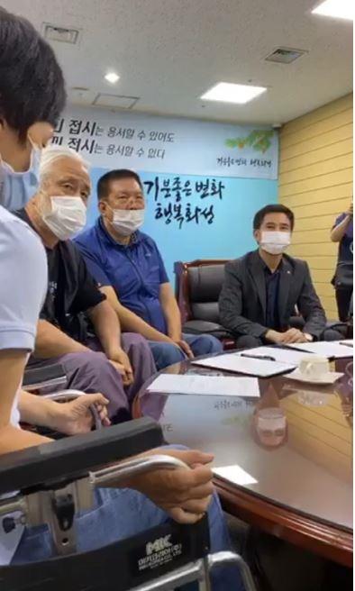 서철모 화성시장이 23일 오후 경기장애인차별철폐연대와의 간담회에서 사과했다.