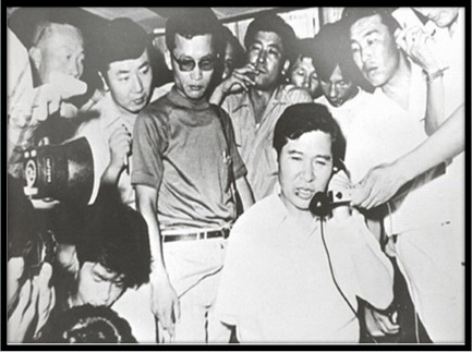 동교동 자택으로 돌아온 직후 전화를 받는 DJ