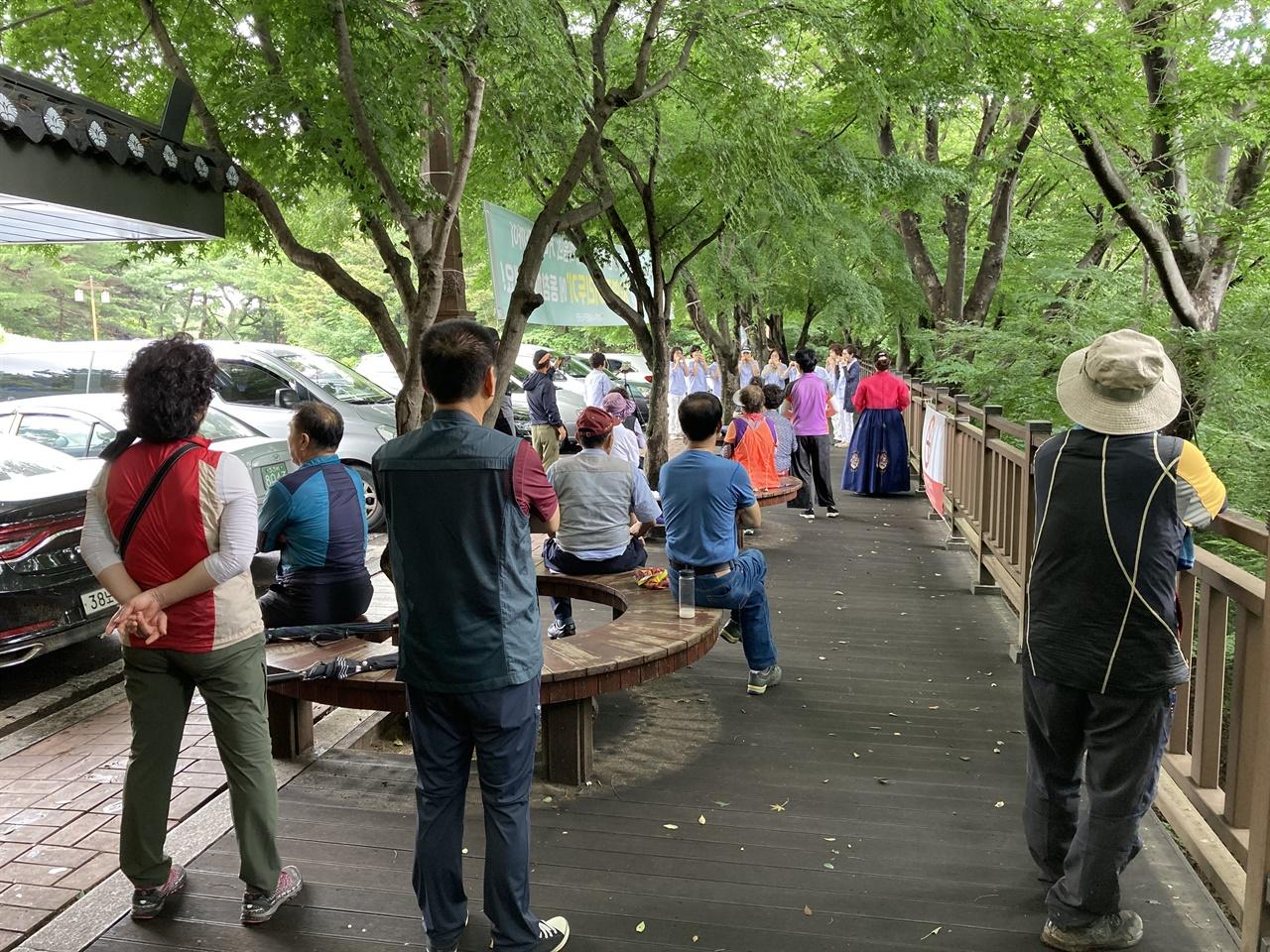 경주 황성동 주민자치센터 아르페지오 연주단 공연 모습을 지켜보는 시민들
