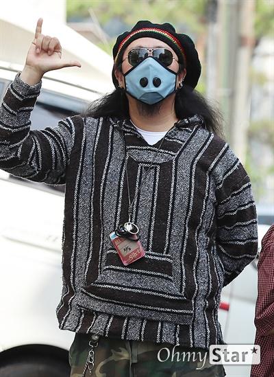 크라잉넛, 데뷔 25주년! 데뷔 25주년을 맞은 크라잉넛의 김인수(아코디언, 키보드)가 7일 오후 서울 마포구에 위치한 연습실에서 인터뷰에 앞서 포즈를 취하고 있다.
