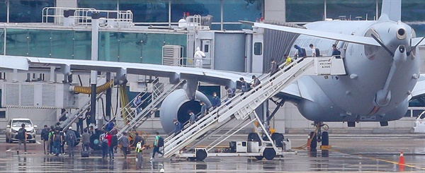 24일 오전 공군 공중급유기 'KC-330'를 타고 인천공항에 도착한 이라크 파견 근로자들이 급유기에서 내리고 있다.