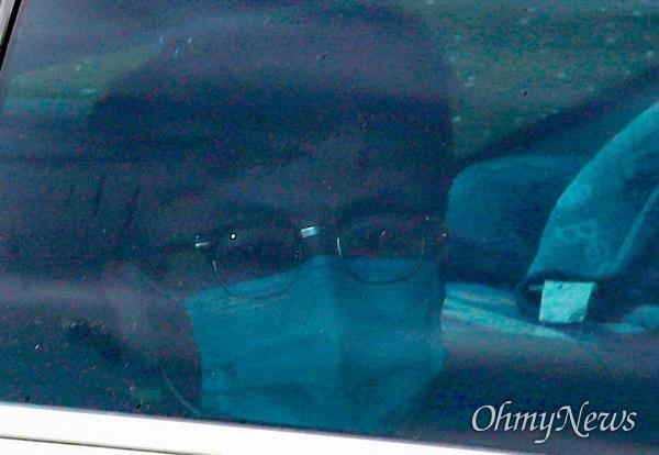 한동훈 검사장이 24일 오후 서울 서초구 대검찰청에서 열리는 '검언유착' 의혹 사건 수사심의위원회에 출석하기 위해 차량을 타고 지하주차장으로 들어가고 있다