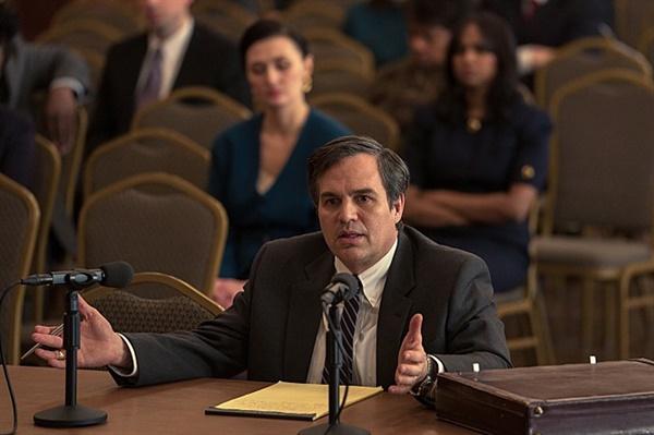 다크 워터스 20여년 간 듀폰의 유독물질 무단방류를 추적한 변호사 롭 빌럿 역을 맡은 마크 러팔로. 그는 영화의 제작자이기도 하다.