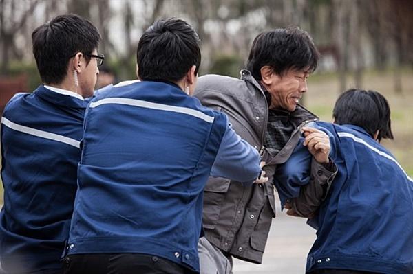 또 하나의 약속 삼성전자 반도체공장 노동자 백혈병 사망사건을 소재로 한 <또 하나의 약속>. 한국에선 흔치 않은 사회적 책임을 다하지 않은 기업에 대한 영화이지만 기업명을 제대로 드러내지 않았다는 논란을 빚었다.
