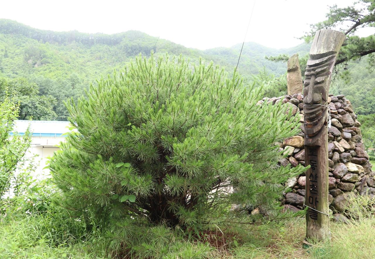 폐교된 초등학교 입구의 목장승과 돌탑