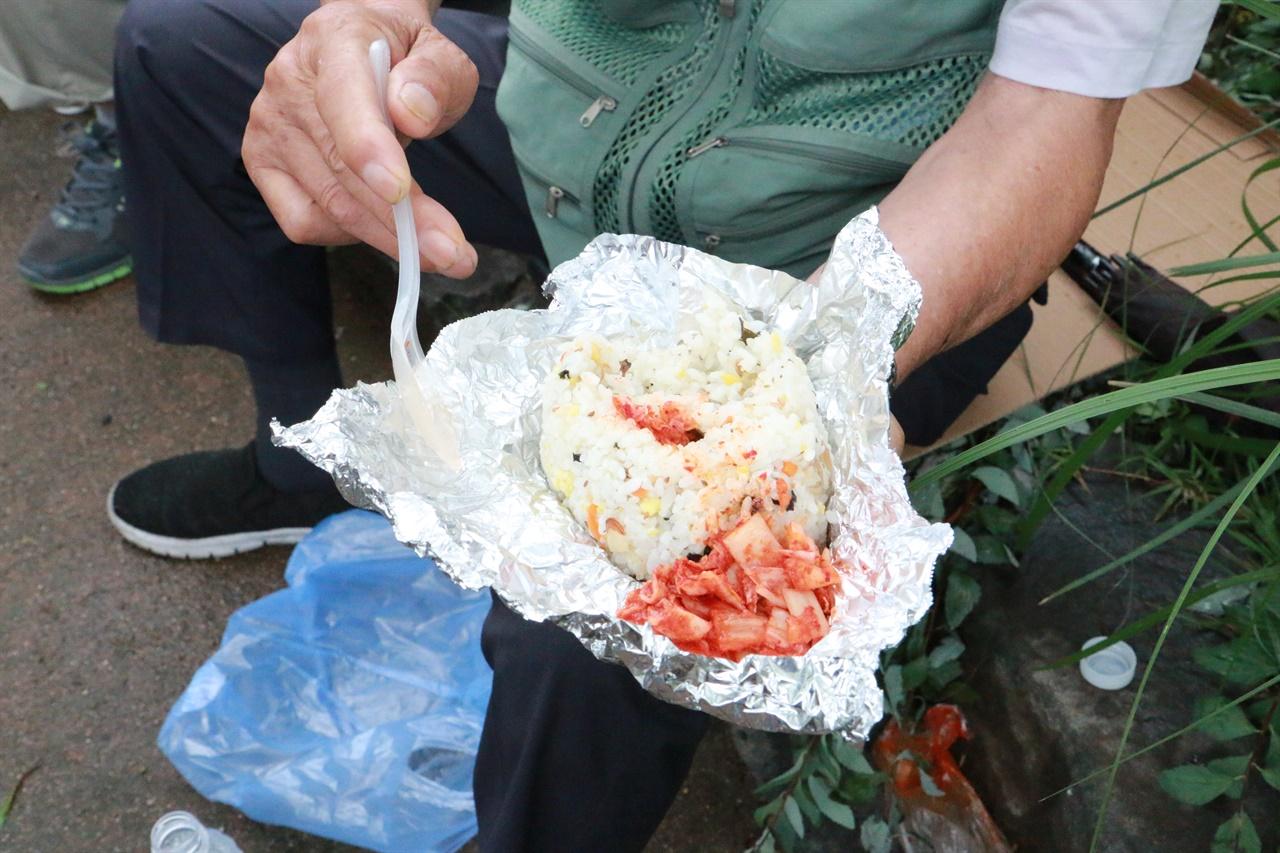 밥퍼나눔운동본부에서 나눠준 주먹밥.