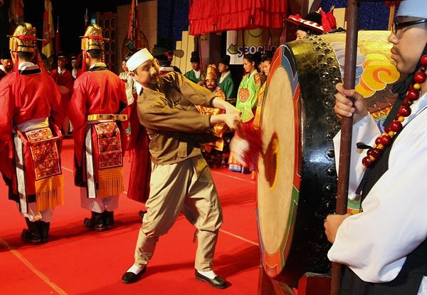 2007년 5월 16일 서울 서초문화회관에서 연극인들이 조선시대 백성들의 억울함을 임금에게 직접 고하였던 태종의 신문고 상소과정을 극형식으로 재현하고 있다.