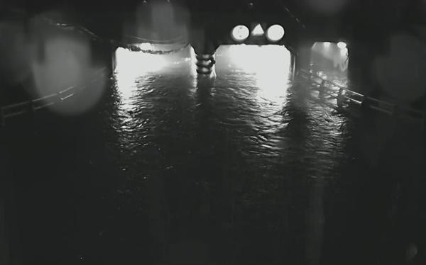 지난 23일 폭우로 침수된 부산 동구 초량동 제1지하차도 CCTV 영상. 불어난 빗물은 순식간에 지하차도에 2.5m 높이로 들어찼다.
