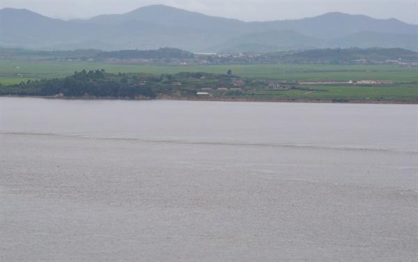 2017년 탈북했던 북한 이탈 주민이 최근 월북한 것으로 추정되는 가운데 27일 오전 강화도 양사면에서 바라본 북한 황해북도 개풍군 앞으로 황톳빛으로 변한 한강이 흐르고 있다.