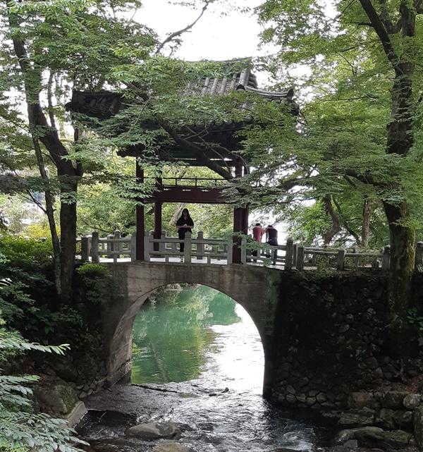 천은사 수홍루 천은사와 호수를 연결하는 2층 누각