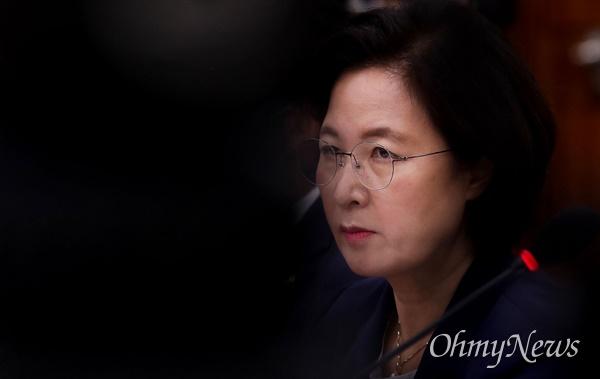 추미애 법무부 장관이 27일 오전 서울 여의도 국회 법제사법위원회 전체회의에 참석해 의원들의 질문을 경청하고 있다.