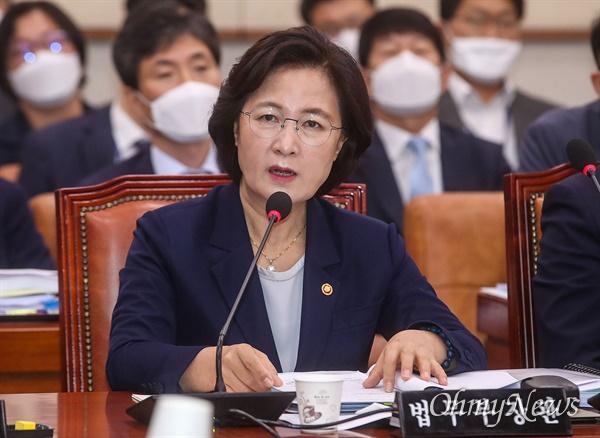 추미애 법무부 장관이 27일 오전 서울 여의도 국회 법제사법위원회 전체회의에 참석해 의원들의 질문에 답변하고 있다.