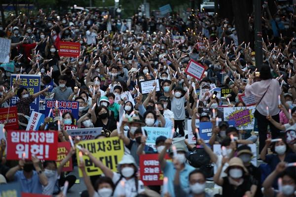 25일 오후 서울 중구 예금보험공사 앞에서 열린 '소급적용 남발하는 부동산 규제 정책 반대, 전국민 조세 저항운동 촛불집회' 참가자들이 촛불을 들고 있다. 2020.7.25