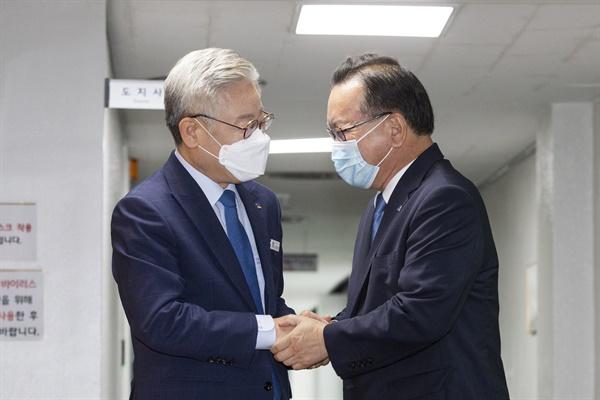 이재명 경기도지사가 27일 오전 경기도청에 방문한 김부겸 전 의원과 손을 잡고 인사를 나누고 있다.