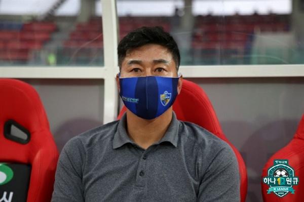 한국프로축구염맹 울산 현대 김도훈 감독이 경기를 지켜보고 있다.