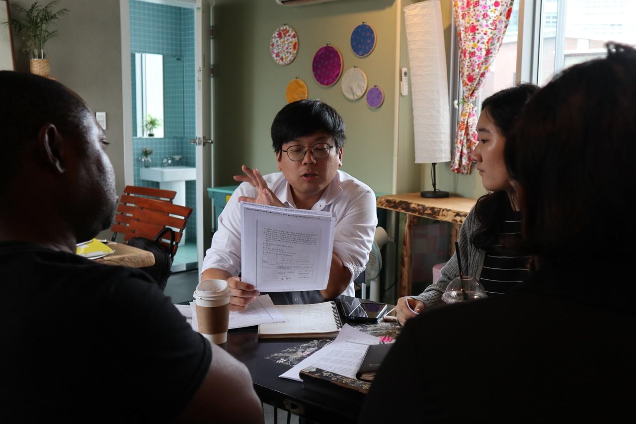 입국 후 변호사, 통역사와 회의를 하고 있는 루렌도 부부