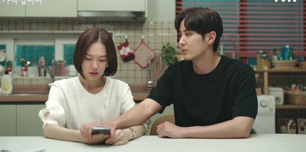 tvN 월화드라마 <(아는 건 별로 없지만) 가족입니다>의 한 장면