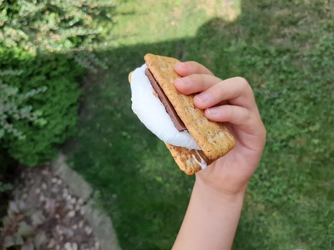 크래커 사이에 구운 마시멜로와 초콜릿을 끼워 먹는 '스모어(s'more)'