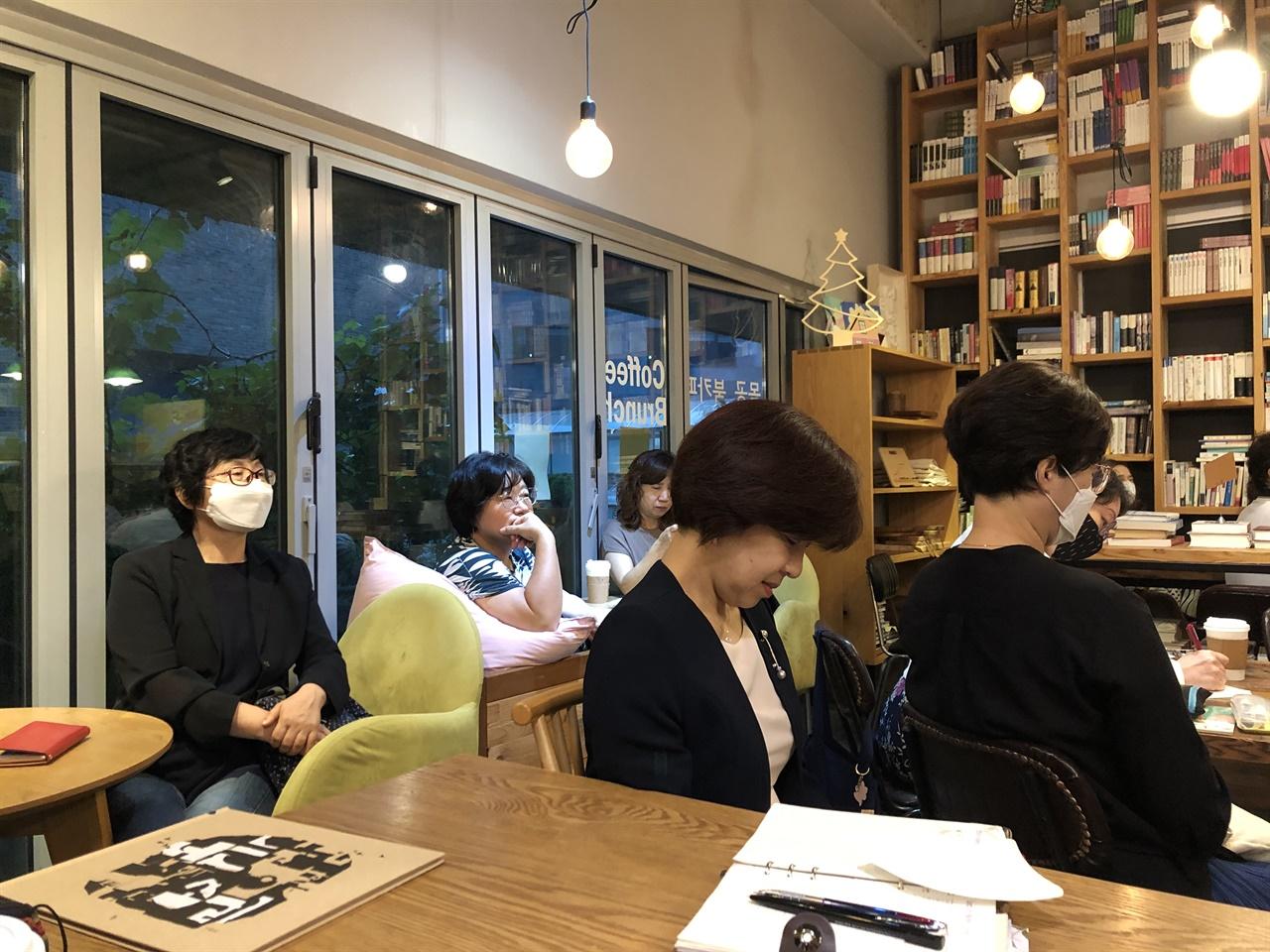 강연을 듣는 사람들 왼쪽에서 두 번째 앉은 사람이 미디어북톡 정진희 대표다