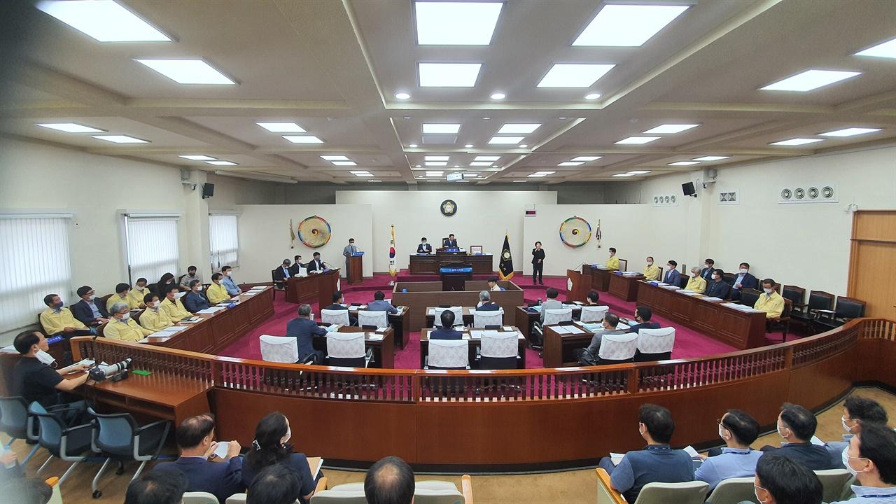 공주시의회 제220회 후반기 첫 임시회가 본회의장에서 진행되고 있다.