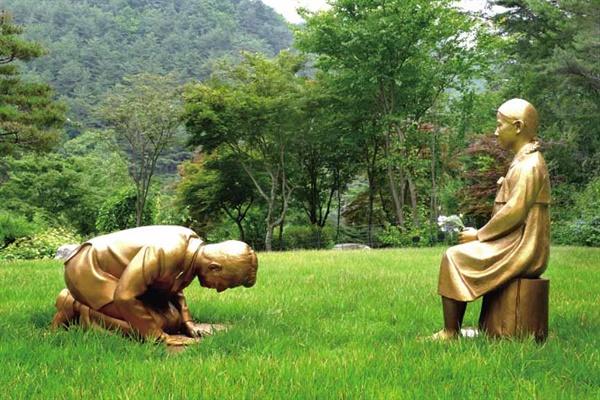 강원도 평창 한국자생식물원에 설치된 '영원한 속죄' 조형물.