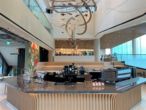 스타벅스커피 코리아가 개점 21주년을 맞아 24일 리저브 바, 티바나 바, 드라이브 스루를 모두 결합한 '더양평DTR점'을 경기 양평군 양평읍에 오픈한다.