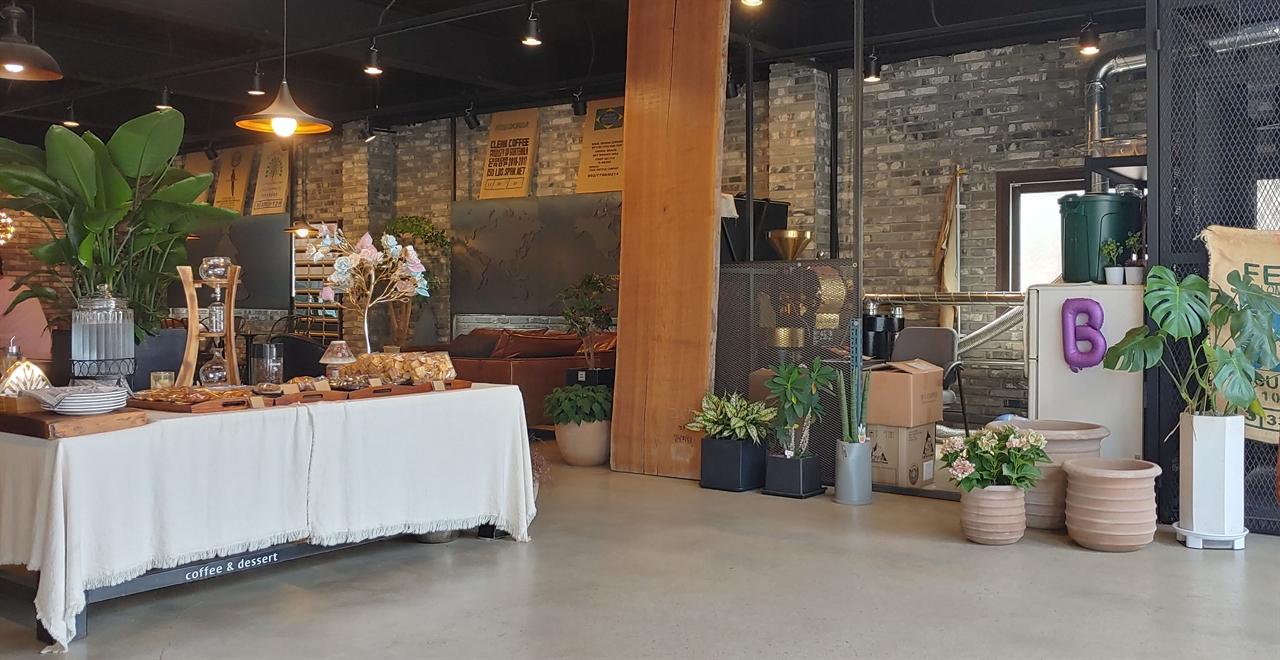 경기도 외곽에 위치한 한 베이커리 카페. 가족 단위 이용객이 편리하도록 공간이 넓직하다.
